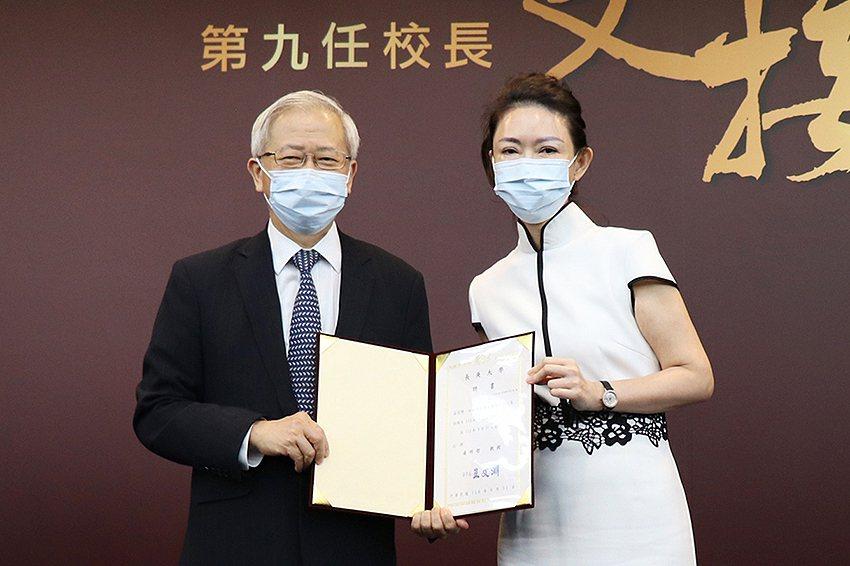 長庚大學董事會董事王瑞瑜(右)頒發聘書給新任校長湯明哲。 長庚大學/提供
