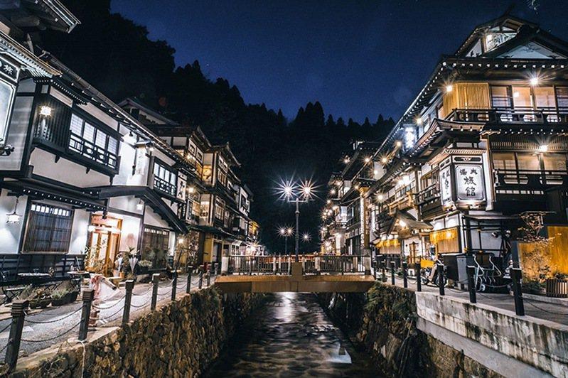 ▲高約3~4層樓的洋風木造溫泉旅館林立在銀山川兩側,是來訪銀山溫泉的必拍經典場景。  圖:日本旅行情報局/提供