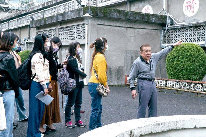 國家人權博物館邀請白恐時期醫護前輩陳中統醫師,為學員們進行園區導覽以及分享當年的生命故事。(圖/國家人權博物館提供)