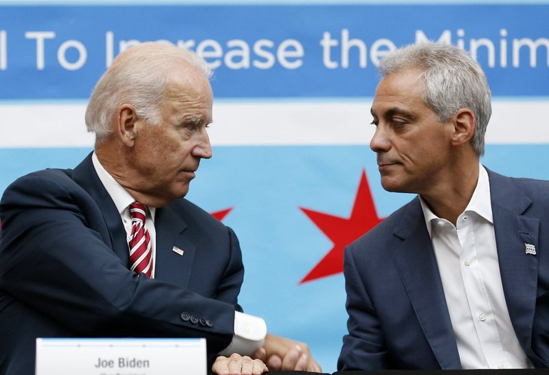 美國拜登總統(左)8月20日提名前芝加哥市市長伊曼紐為美國駐日大使。圖為2014年時任副總統的拜登,與伊曼紐在芝加哥參加一場論壇。路透