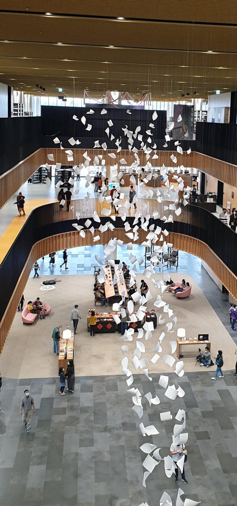 台南市立圖書館總圖邀請英國藝術家保羅.考克斯基在大廳創作公共藝術「陣風」,凝結書頁的瞬間凝結下來,也讓圖書館變身網紅打卡的美麗景點。此一公共藝術定期請藝術團隊回來維修,並有「零件」可供替換。記者陳宛茜/攝影