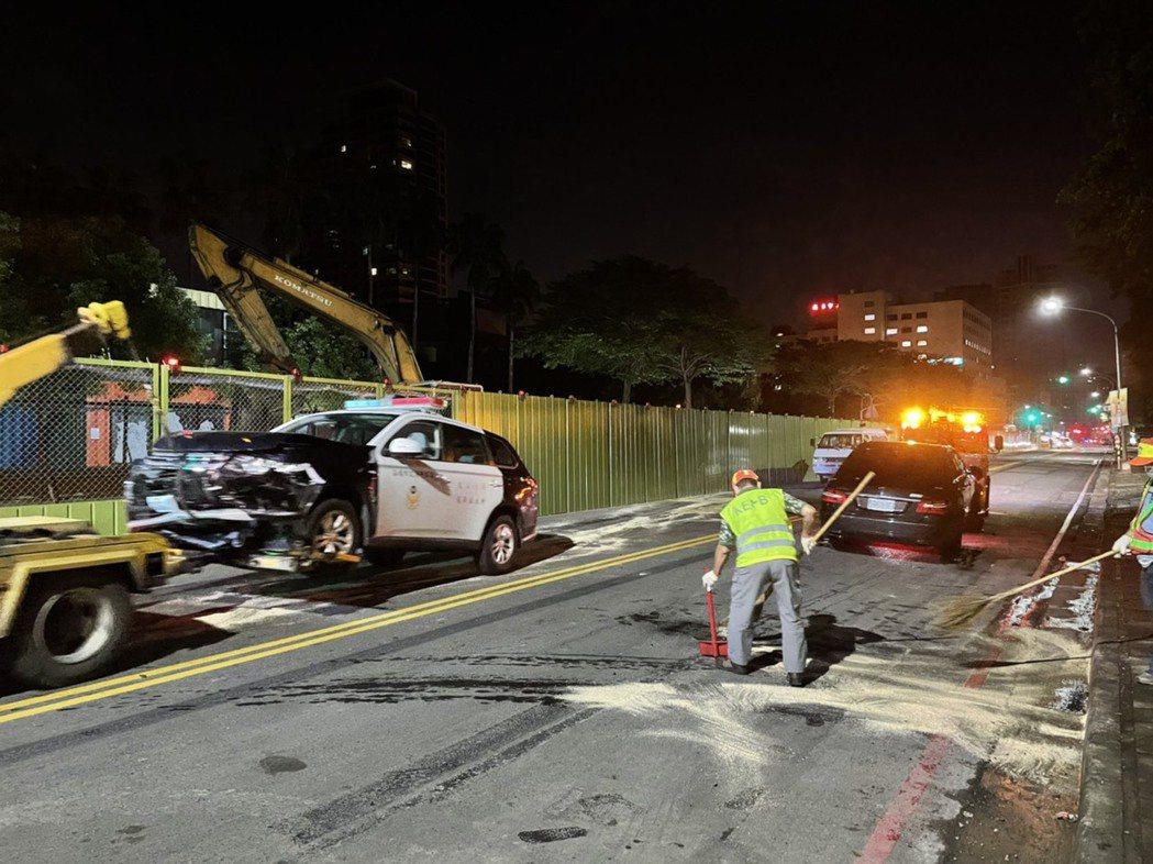 王男賓士車撞上警車後,造成警察車頭全毀,車上兩名員警受擦挫傷。圖/讀者提供
