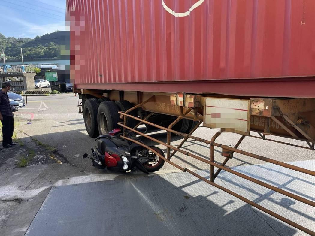 基隆1到8月大型車事故47件1死33傷,因視野死角及內輪差。圖/交通隊提供