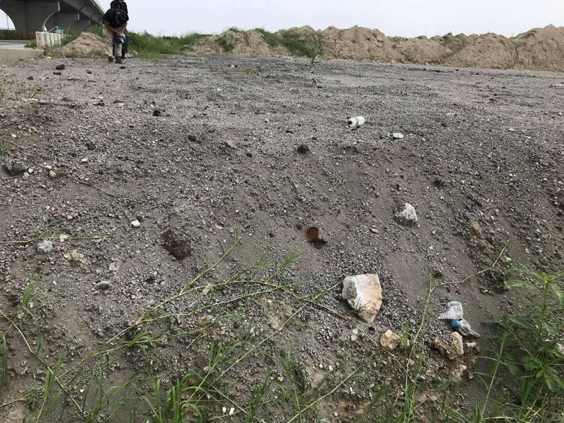 彰化環保聯盟發現芳苑農地被回填底渣再生粒料,但有些外觀卻呈現粉狀、沒有固化,質疑未經完善處理。圖/彰化環保聯盟提供