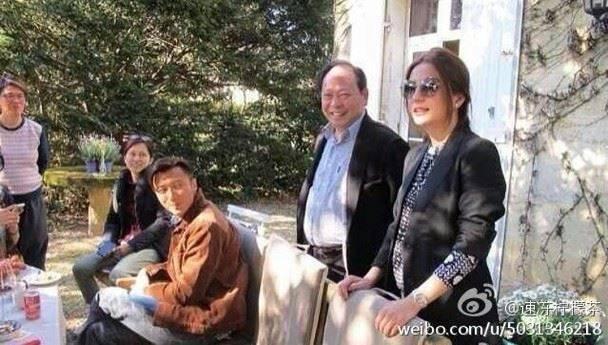 趙薇(右)曾帶節目去自家酒莊拍攝。圖/摘自微博