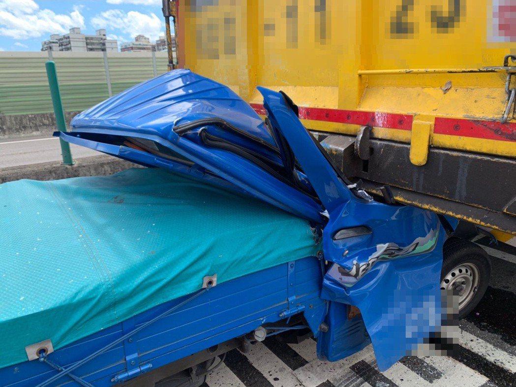 小貨車撞進大貨車後車斗,完全擠壓變形,駕駛受困車內。記者林昭彰/翻攝