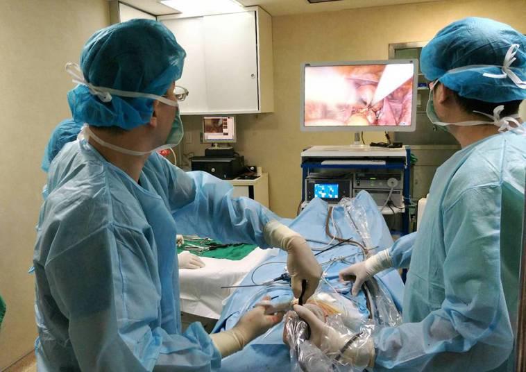 宏其婦幼醫院婦科微創手術中心吳加仁主任執行腹腔鏡子宮切除手術,利用兩公分的肚臍切...