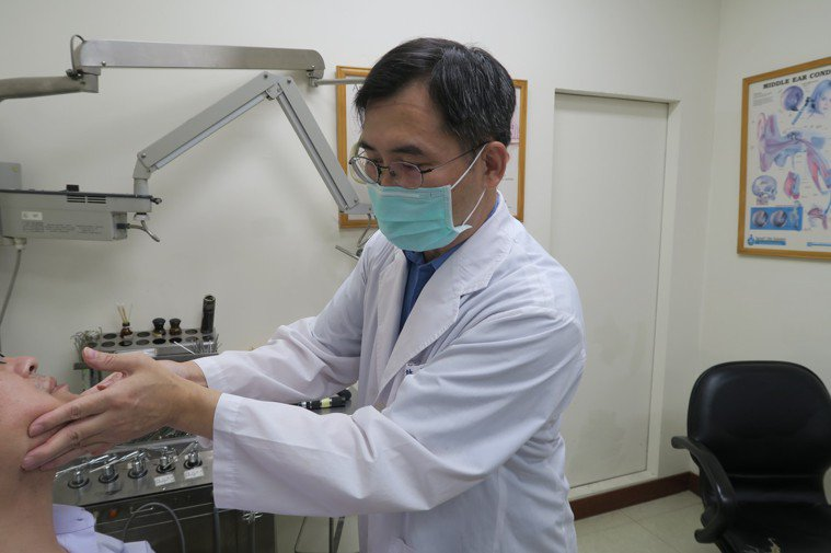 衛福部彰化醫院耳鼻喉科主任許嘉方為病人檢查下巴,觸摸下頷部位。記者簡慧珍/攝影