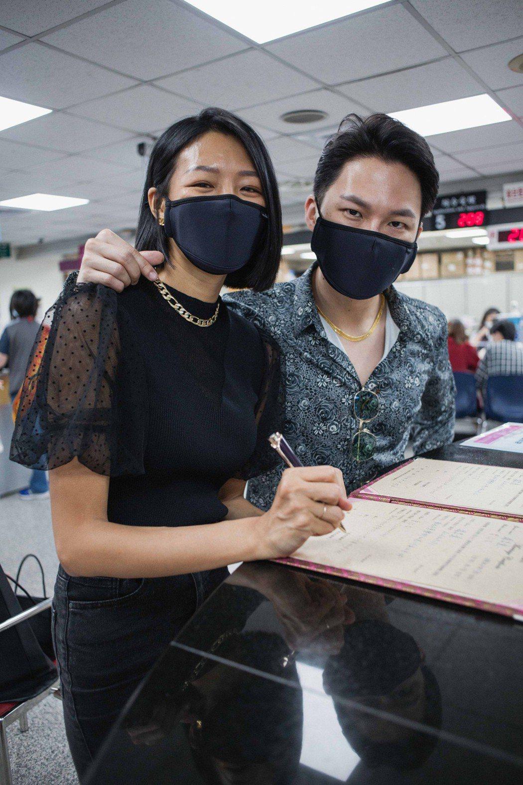 若綺與楊昇達到戶政事務所辦理結婚登記。圖/伊林娛樂提供