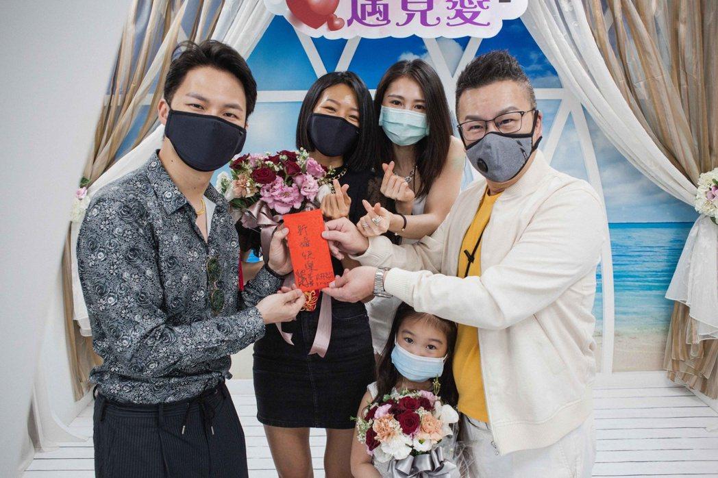 楊昇達(左起)、若綺登記結婚,沈玉琳和太太芽芽到場見證,前為沈的女兒妍妍。圖/伊