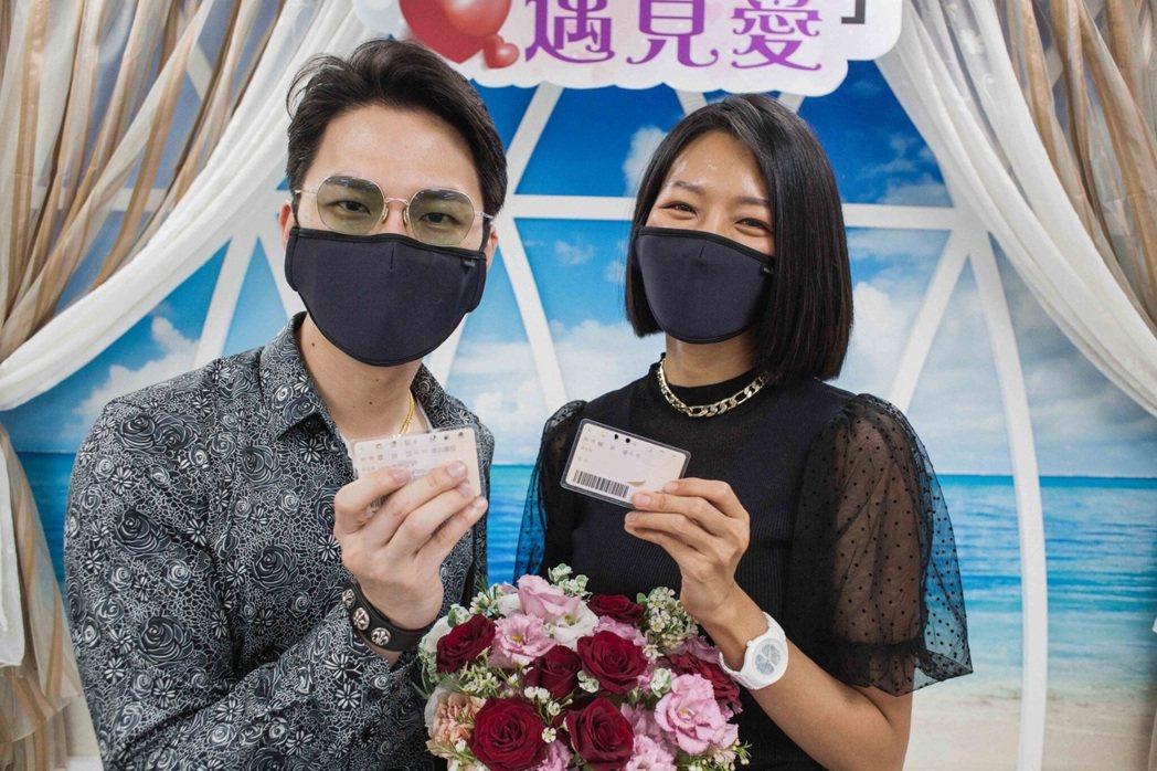 楊昇達(左)與若綺愛情長跑7年,終於登記結婚。圖/伊林娛樂提供