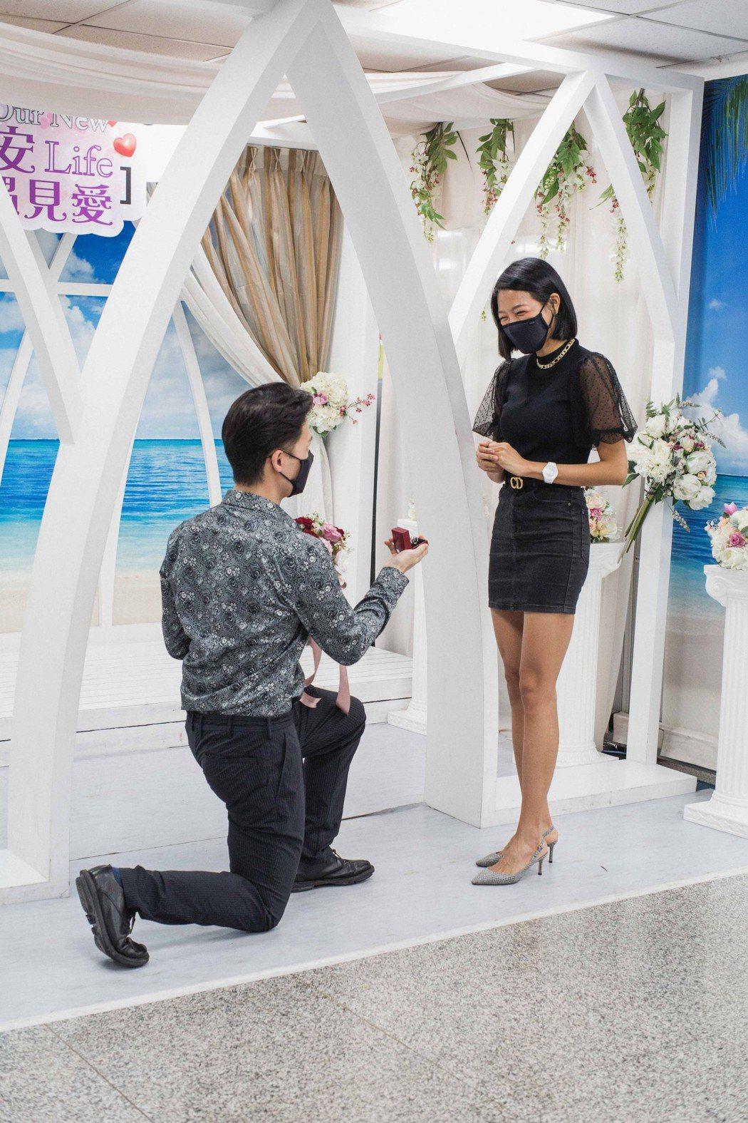 楊昇達(左)暫借沈玉琳的婚戒,現場單膝下跪向若綺求婚。圖/伊林娛樂提供