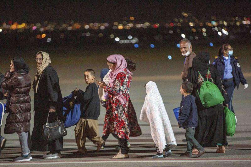 法國建議在喀布爾建立一個安全區,為試圖離開阿富汗的人們提供離開的通道,但遭神學士拒絕。圖為科索沃暫時同意收容2000位等待轉至美國的阿富汗人。美聯社