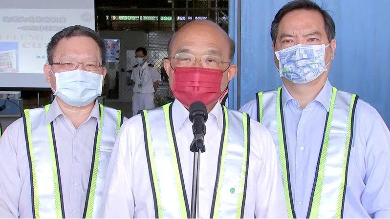 行政院長蘇貞昌(中)今天一早又到台北港視察貨物通關作業,繼續跳針般地說「給人、給錢、給X光機」,但全都沒到位。記者張哲郢/翻攝