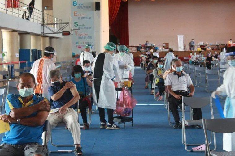 台中市本土確診個案累計至今有202例、死亡人數5例,但疑注射疫苗後死亡人數卻達1...