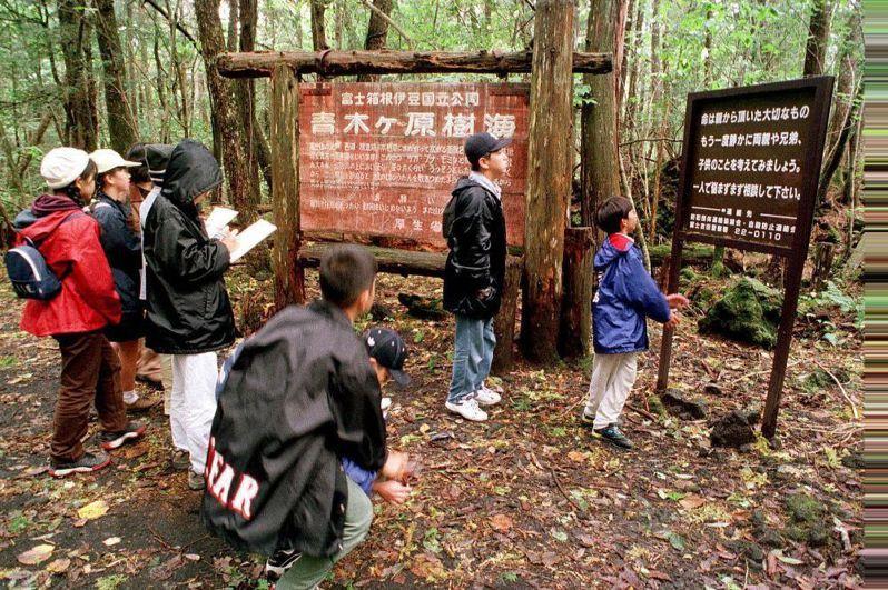 日本青木原樹海隨處可見自殺防治標語。路透