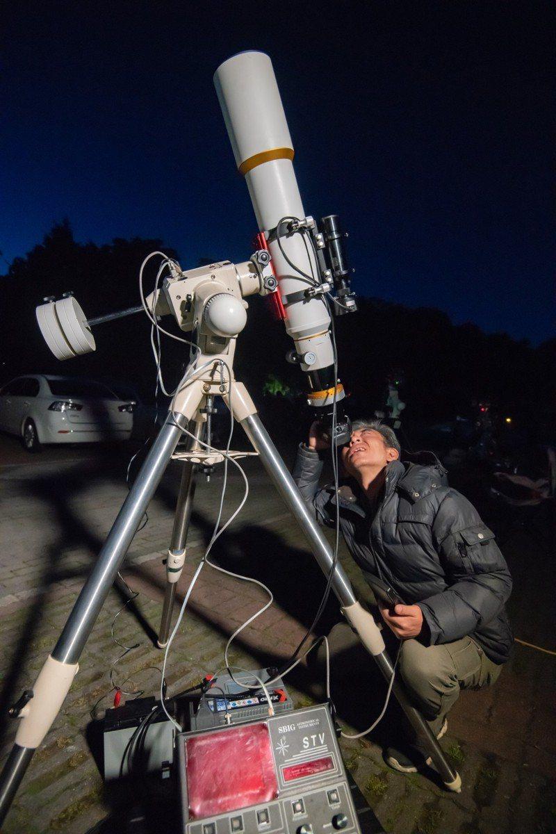 天文專家劉志安說,「觀星一點都不難!」只要靠著雙眼和星座盤,就能學會基本觀星,加上手機APP相當方便。記者黑中亮/攝影