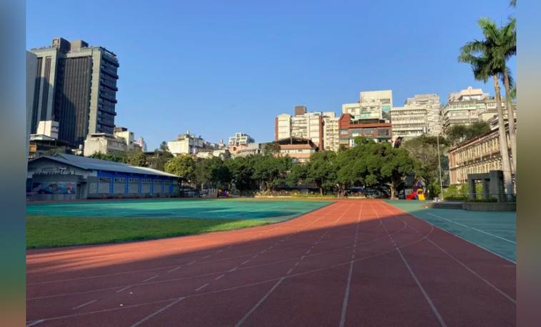疫情趨緩,因應市民的運動需求,台北市教育局今天宣布,台北市公私立中小學從9月1日...