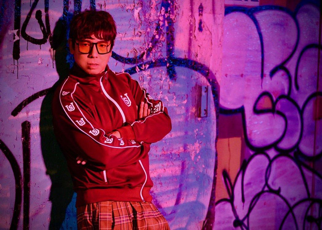 郭蘅祈(郭子)一改過往形象,在新歌「樂來樂愛你」MV搖身一變「唱跳大叔」。圖/祈...
