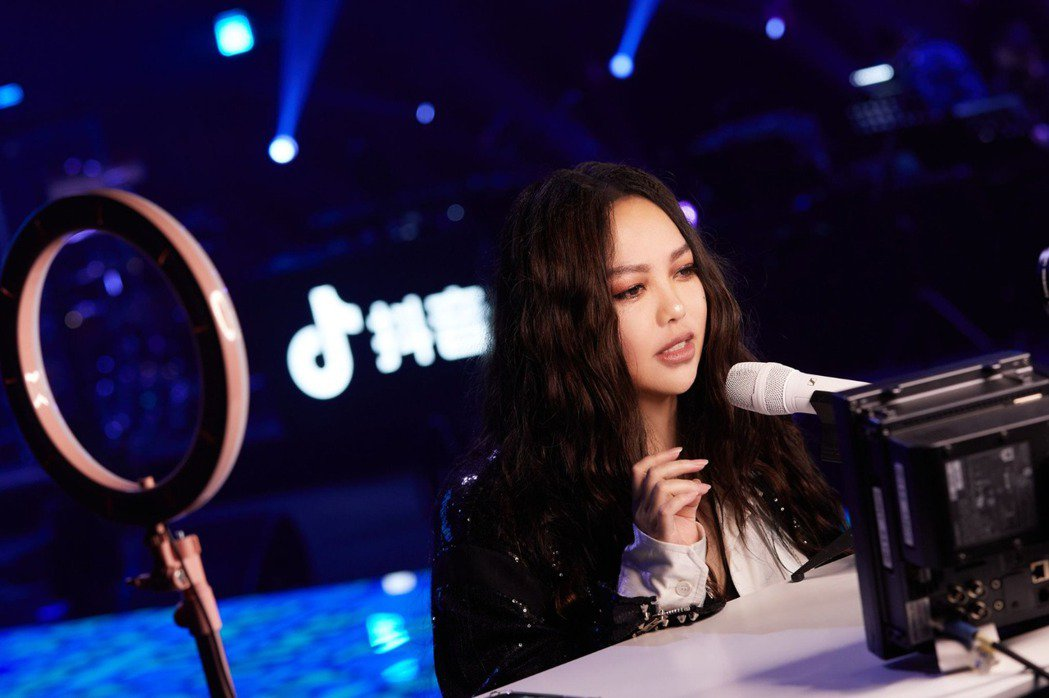 張惠妹在抖音「夏日歌會」線上演唱會身兼數職,投入演唱之餘還得化身主持人、妝髮師。