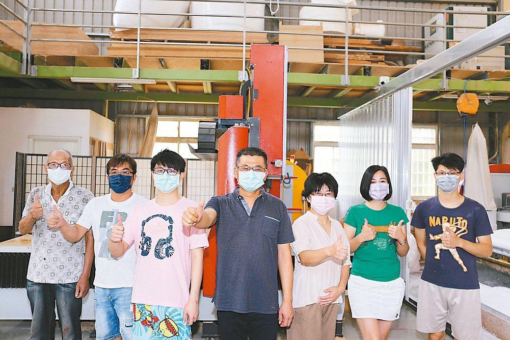 台中市機械木模同業協會創會理事長林耕毅(中)與夥伴合影。黃奇鐘/攝影