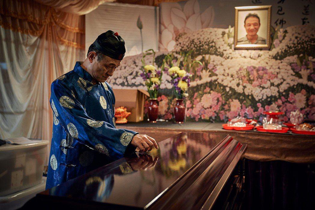 金鐘戲王陳慕義在「賴桑の黑色喜劇」中扮演大體演員,陰錯陽差讓喪禮戲碼意外成為生前...