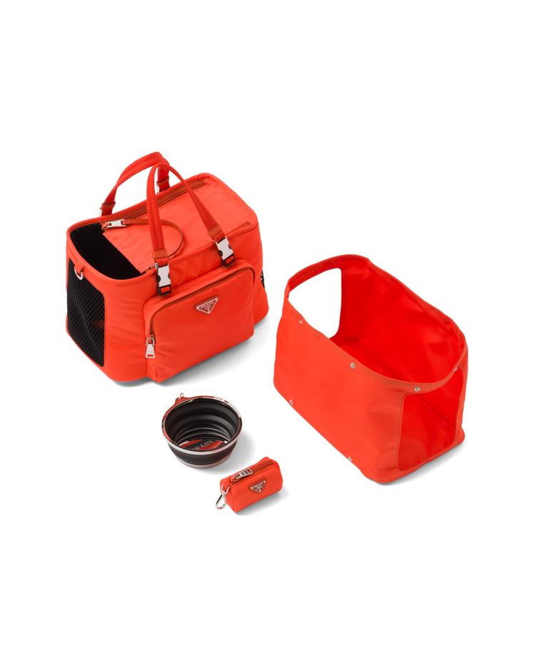 快閃店獨家販售的再生尼龍多功能寵物袋,68,000元。圖/PRADA提供