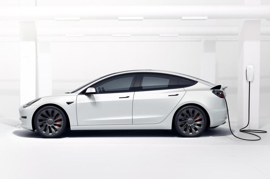 Tesla Model 3。 摘自CarBuzz.com