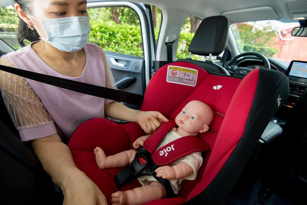 確認安全帶有確實繫緊嬰幼兒並保留一「指」寬的空隙。 圖/福特六和提供