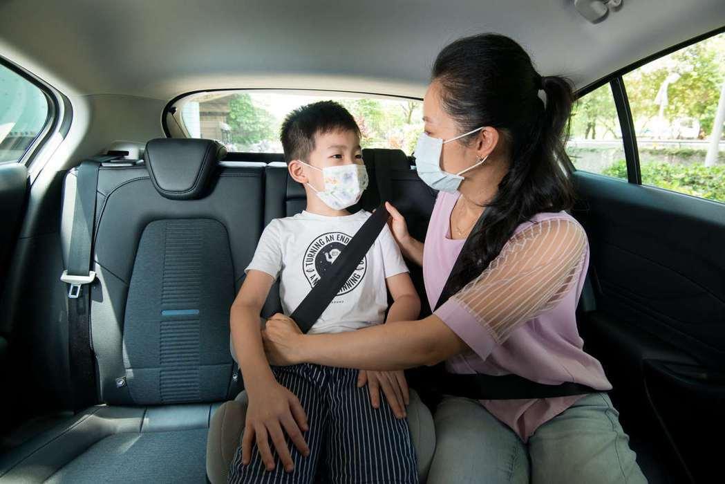 孩子年齡在4歲至12歲,且體重在18~36公斤以下,在無法安全使用成人安全帶前,...