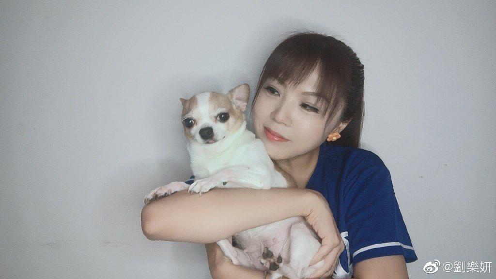 劉樂妍曝光收到的私訊,氣喊「就沒個正常人!」。 圖/擷自weibo。