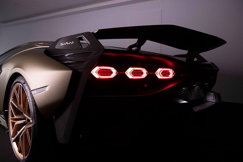 透過V12引擎及混合動力系統優越的循跡表現,使Lamborghini Sián成...