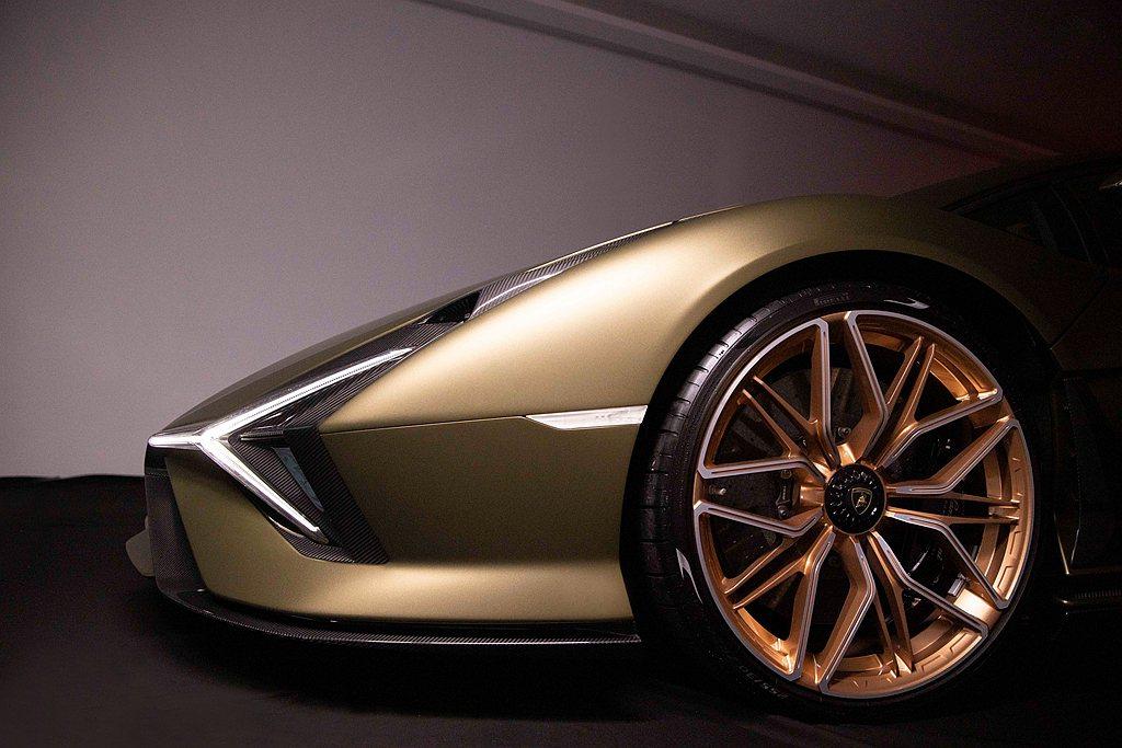 Lamborghini Sián的空氣力學將氣流由前下擾流導入,通過前箱蓋,穿過...
