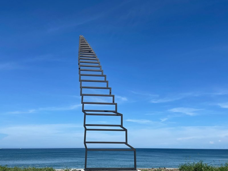 2021南迴地景藝術季「通往天堂的階梯」延伸性天梯透過錯視手法打破地域限制。圖/南迴藝術季臉書專頁
