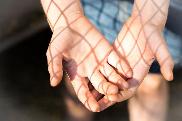 如何將喪親的重大壓力變成助力,也去協助他人,並尋得生命的意義? 示意圖/ingi...