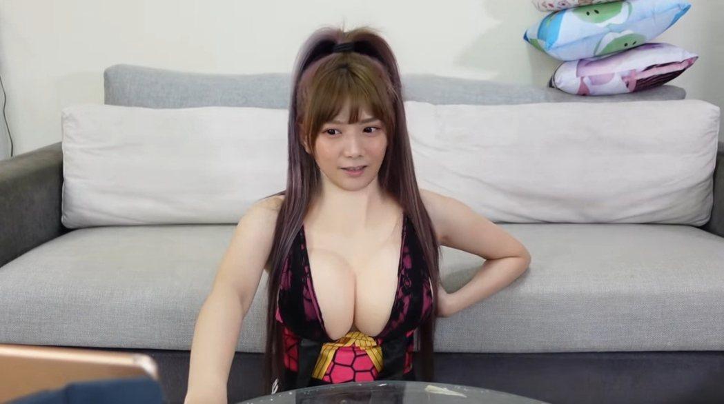 解婕翎戴上巨乳假奶COS「鬼滅之刃」的墮姬。 圖/擷自Youtube
