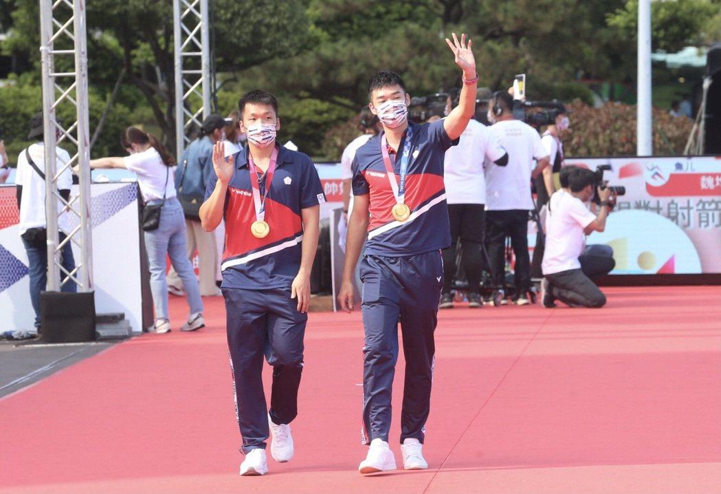 總統府前廣場鋪設紅地毯,王齊麟和李洋走上象徵榮耀的星光大道。 記者胡經周/攝影
