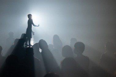 《群眾》突顯激情下被忽略的個人聲音、運動現場的個人身體姿態、光影和煙霧帶來的震撼,及旁觀角度觀照出個人的心靈現場,表現出群眾運動的幽微面向。  圖/兩廳院提供