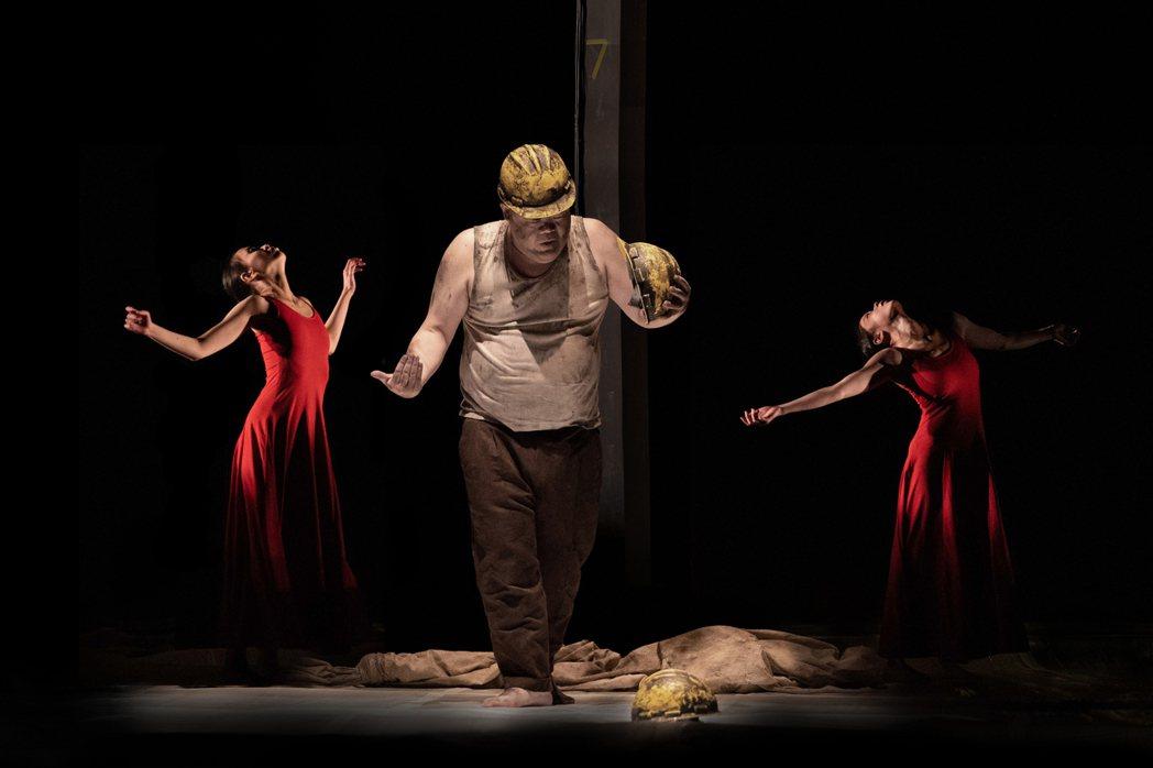 河床劇團導演郭文泰首登國家戲劇院新作《被遺忘的》,從北台灣三座礦坑事故中的已逝礦...