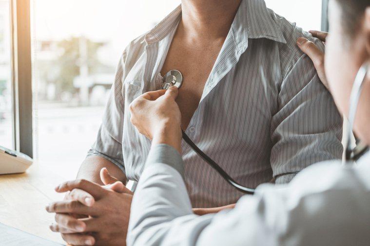 一位於新北市服務的呼吸治療師忍不住發聲,批評衛福部沒有照顧呼吸治療師。示意圖/i...