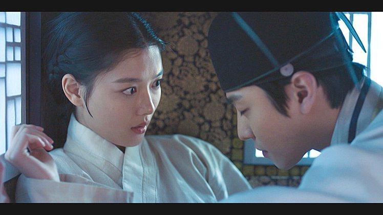 金裕貞與安孝燮在「紅天機」有浪漫對手戲。圖/friDay影音提供