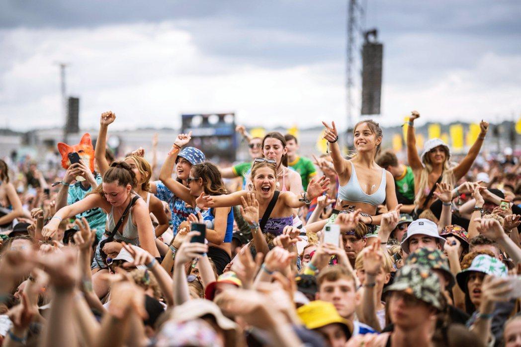 圖為8月底英國常態舉辦的的「雷丁音樂節」,現場數萬狂歡的群眾,看來已經回到「常態...