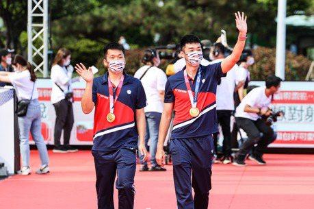 台灣英雄凱旋派對  麟洋配戴金牌走星光大道