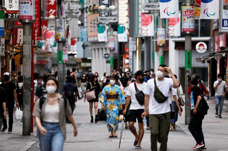 日本厚生勞動省今天表示,6月和7月在日本機場進行COVID-19檢疫時,查到2個感染新變種病毒株Mu病例。圖為日本澀谷民眾於外出時配戴口罩防疫。 路透社