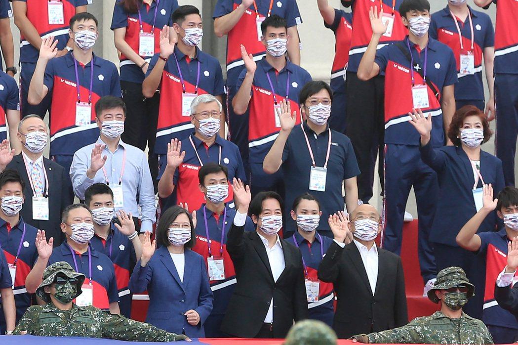 蔡英文總統(前左二)、副總統賴清德(前左三)、行政院長蘇貞昌(前左四)在總統府前