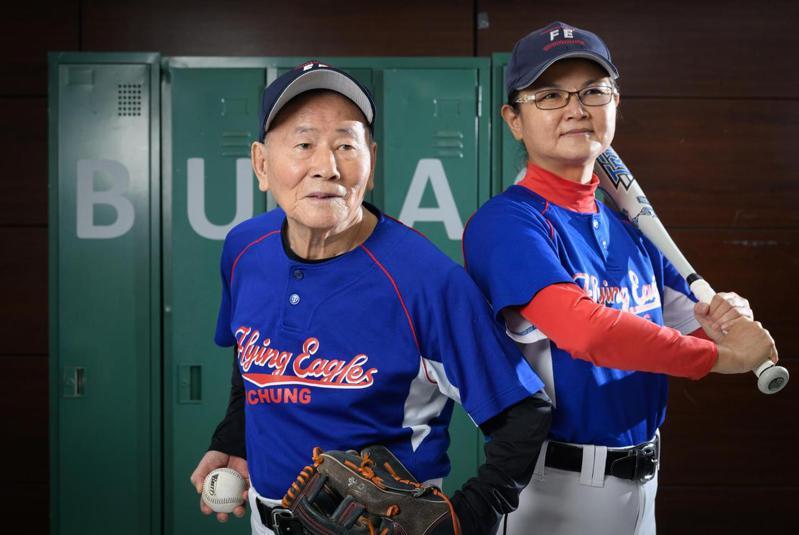 王嘉慶(左)說加入球隊後,打棒球讓他感到很快樂,交了許多朋友。王惠玲即經常找他聊天、偶爾打小牌。 (謝佩穎攝)