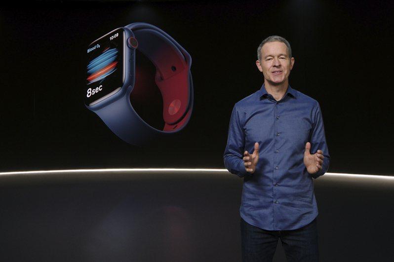 蘋果即將發布的新款智慧手表Apple Watch 7傳出生產延誤。圖為該公司去年發表的Apple Watch 6。美聯社