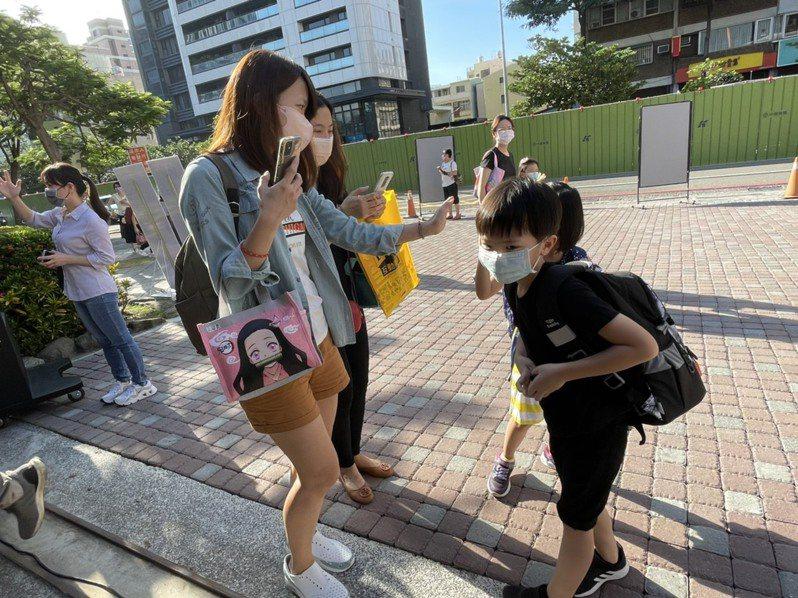 家長提醒小一新生孩子在學校注意事項。記者徐如宜/攝影