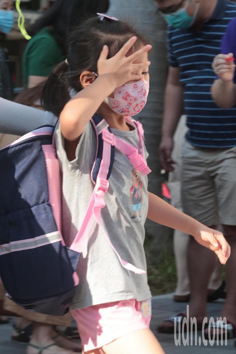 國小今天正式開學,許多小一新生捨不得與媽媽分離,哭著走進學門。記者蘇健忠/攝影