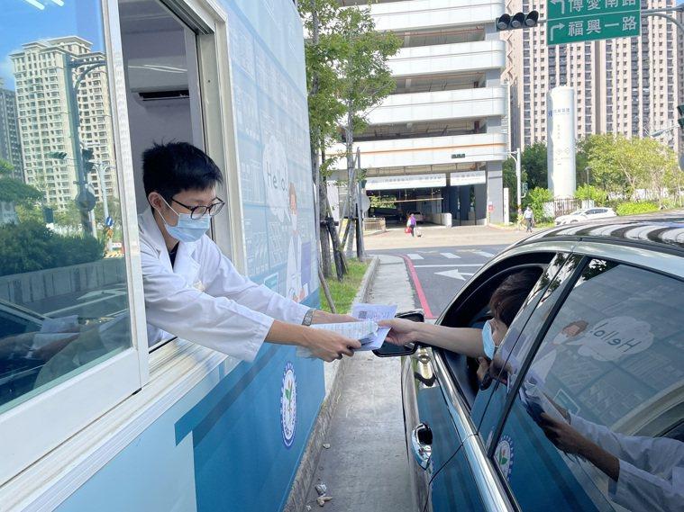 中國醫藥大新竹附設醫院打造「藥來速」,領藥免下車省時方便且避免感染。記者陳斯穎/...
